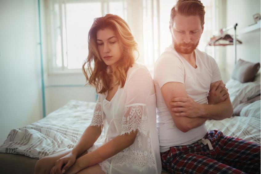 muz a zena na posteli