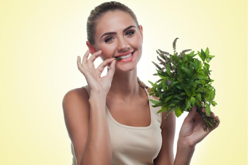 zena konzumuje bylinky
