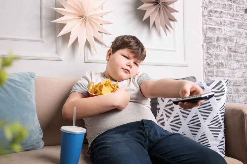 Obezni dite u televize
